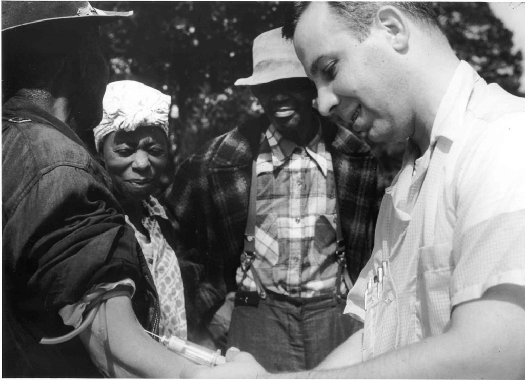 1280px-Tuskegee-syphilis-study_doctor-injecting-subject